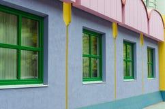 Голубой дом с розовой крышей стоковое фото rf