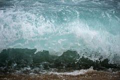 Голубой задавливать волны стоковая фотография rf
