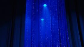 Голубой занавес закрывает на сцене видеоматериал