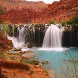 Голубой зеленый водопад - красивый ландшафт - национальный парк Аризона AZ США гранд-каньона Havasupai стоковое фото