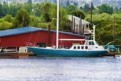 Голубой и белый парусник состыковал на реке Willamette в Орегоне стоковое фото rf