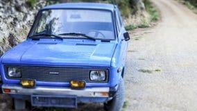 Голубой и сиротливый автомобиль GTL 55 Zastava на пустом пути внутри горы Biokovo в Makarska, Хорватии стоковые фото