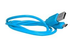 Голубой кабель с usb на микро-usb изолированном на белой предпосылке Стоковые Фото