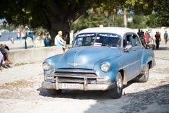 Голубой классический автомобиль в Кубе Стоковые Фотографии RF