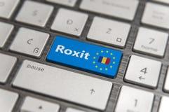 Голубой ключ входит Румынию Roxit с кнопкой клавиатуры EC на современной доске Стоковая Фотография