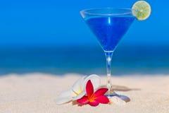 Голубой коктеил на тропическом пляже Стоковое фото RF
