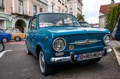 Голубой конец Фиат 850 вверх по съемке на местной выставке автомобиля ветерана стоковые фотографии rf