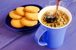 голубой кофе льет стоковые изображения rf