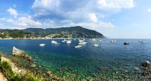 Голубой кристалл - чистые воды на располагаясь лагерем Smeraldo около Moneglia, Cinque Terre Стоковые Изображения