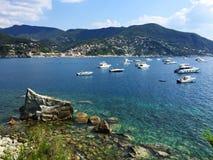 Голубой кристалл - чистые воды на располагаясь лагерем Smeraldo около Moneglia, Cinque Terre Стоковые Фотографии RF