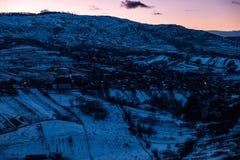 Голубой ландшафт зимы с симпатичной деревней стоковые фото