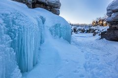 Голубой лед в каньоне зимы, национальном парке Abisko, Швеции стоковые изображения