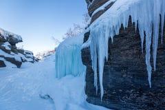 Голубой лед в каньоне зимы, национальном парке Abisko, Швеции стоковые изображения rf
