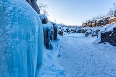 Голубой лед в каньоне зимы, национальном парке Abisko, Швеции стоковая фотография