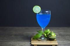 Голубой лимон Гаваи готовый для того чтобы выпить, конец-вверх, Экземпляр-космос стоковые изображения rf