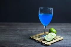 Голубой лимон Гаваи готовый для того чтобы выпить, конец-вверх, Экземпляр-космос стоковые фотографии rf