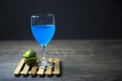 Голубой лимон Гаваи готовый для того чтобы выпить, конец-вверх, Экземпляр-космос стоковое изображение rf