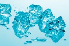 голубой льдед кубиков стоковые изображения rf