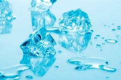 голубой льдед кубиков стоковые изображения