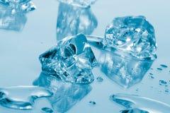 голубой льдед кубиков стоковое изображение