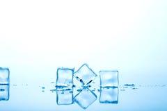 голубой льдед кубиков стоковое фото rf