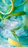 голубой макрос света коктеила стоковое фото