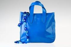 Голубой мешок и ожерелье стоковые изображения