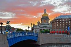 Голубой мост на реке Moika, соборе St Исаак и ho Стоковые Фото