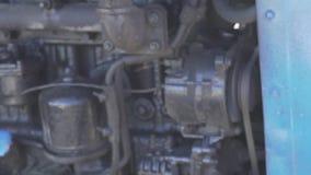 Голубой мотор двигателя черноты Беларуси traktor в работе видеоматериал