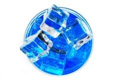 голубой напиток curacao с кубами льда стоковые изображения