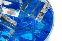голубой напиток curacao с кубами льда стоковое фото