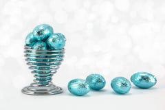 Голубой обернутые фольгой пасхальные яйца. Стоковое Изображение RF