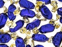 Голубой обернутые фольгой помадки тянучки, конфета, изолированная на белизне Стоковая Фотография RF