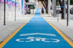 Голубой объектив велосипеда на тротуаре Стоковые Фото