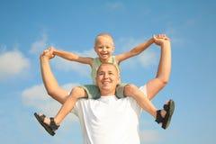 голубой папа счастливый его сынок неба сь стоковые изображения rf