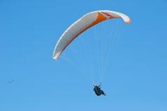 голубой параплан летания Стоковое Фото