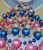 Голубой, пинк и золотой вися декоративный шарик стоковые изображения rf