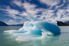 голубой плавая айсберг Стоковые Фотографии RF