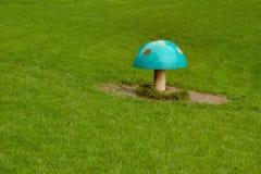 Голубой пластичный гриб muscaria мухомора на зеленой лужайке Стоковое Фото