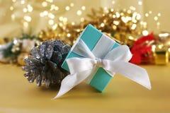 Голубой подарок рождества на предпосылке золота стоковое фото rf