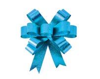голубой подарок смычка Изолировано на белизне Стоковые Изображения RF