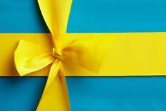 Голубой подарок с желтой тесемкой стоковое изображение
