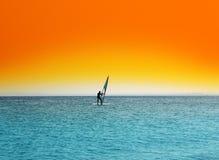 голубой померанцовый серфер неба моря вниз Стоковое Изображение