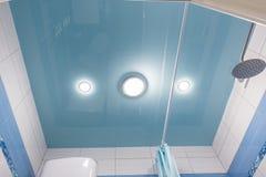 Голубой потолок простирания в ванной комнате стоковое фото rf