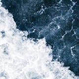 Голубой прибой моря с волнами, выплеском, пеной и бушелем белизны стоковые изображения rf