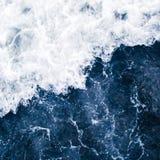 Голубой прибой моря с волнами, выплеском, пеной и бушелем белизны стоковая фотография rf