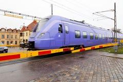 Голубой пригородный поезд на скрещивании levele Стоковое фото RF