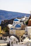 голубой приданное куполообразную форму церковью santorini Греции стоковая фотография