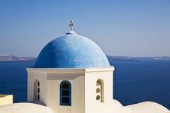 голубой приданное куполообразную форму церковью santorini Греции стоковое фото rf