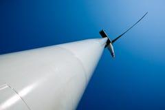 голубой производя ветер турбин неба силы Стоковое Фото